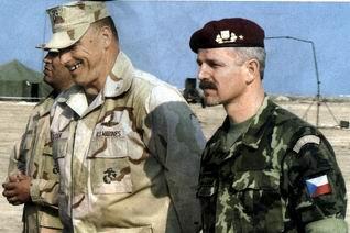 Brigádní generál Petr Pavel (vpravo) navštívil loni s ...
